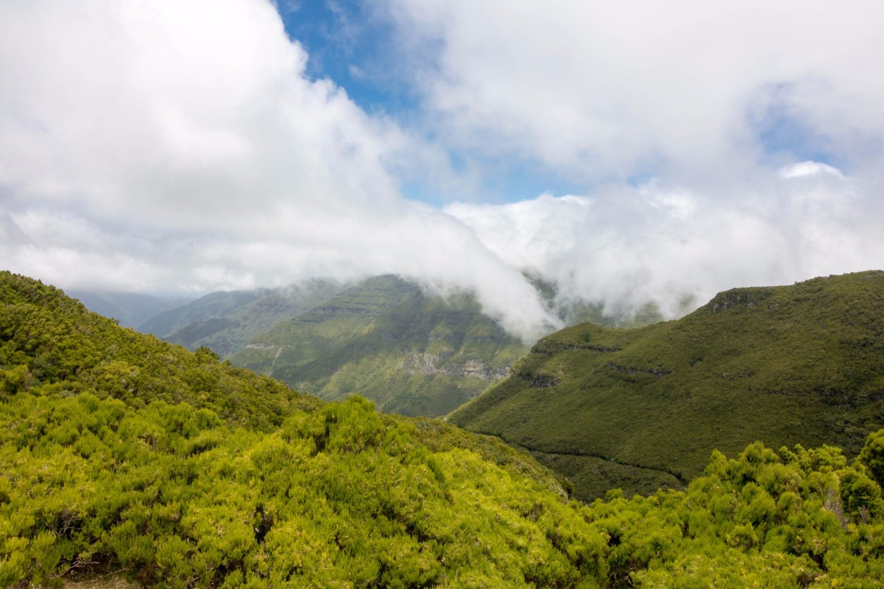 luscious-green-mountains-among-the-clouds-paul-da-serra