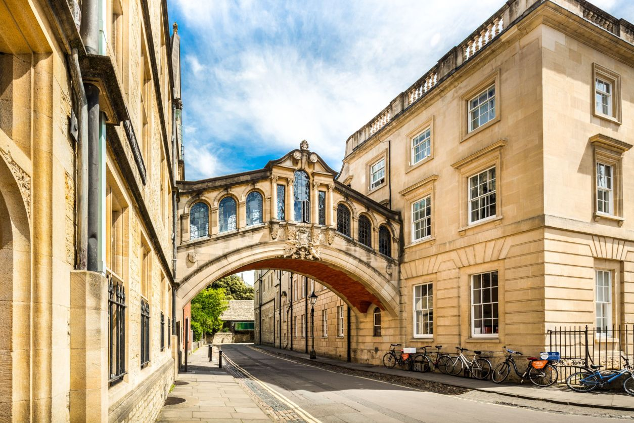 Bridge of Signs Oxford. Bridge between two buildings at university college. Street with bicycles. How to Spend One Day in Oxford: Best Things to Do. Oxford England. Oxford UK. Oxford University. 24 hours in Oxford. Oxford in One Day. Things to do in Oxford. Places to see in Oxford. Places to Visit in Oxford. What to see in Oxford. Things to see in Oxford. What to do in Oxford. Oxford attractions. Oxford top attractions. Oxford travel blog. Oxford travel guide. Oxford Castle. Turl Street. Oxford bookshops. Bridge of Sighs. Bodleian Library. Radcliffe Camera. University Church of St Mary. Oxford punting. Click through to read more...