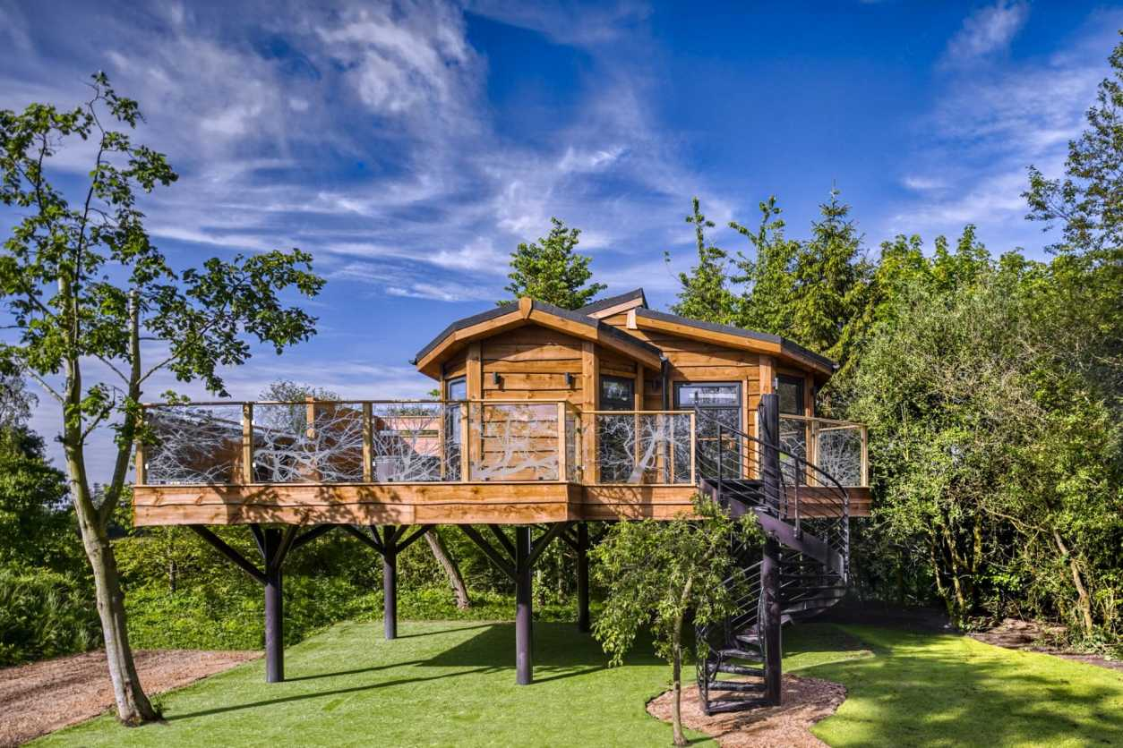 black-spiral-staircase-leading-up-to-treehouse-in-field-wolds-edge-bishop-wilton-yorkshire-treehouse-holidays-uk-with-hot-tub