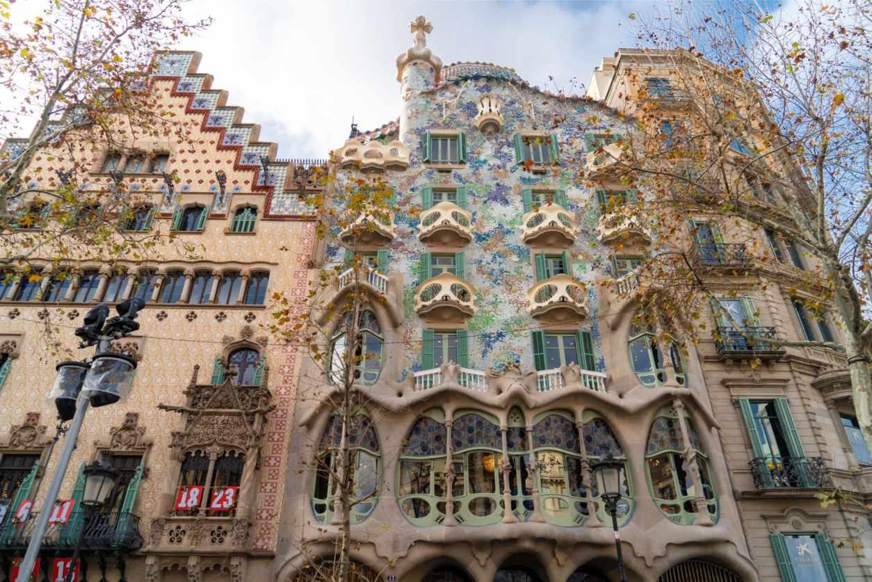 casa-battlo-colourful-modernist-gaudi-architecture-building