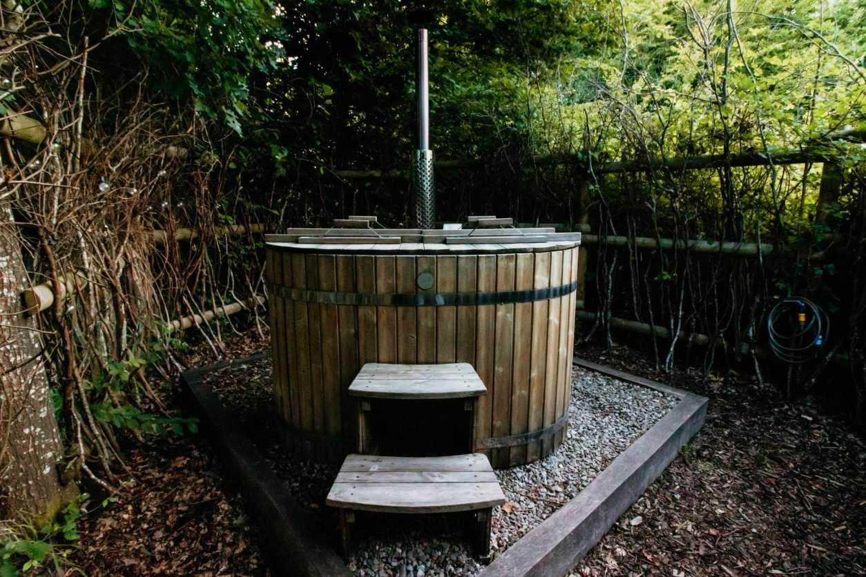 wood-fired-hot-tub-in-woodland-glamping-with-hot-tub-herefordshire