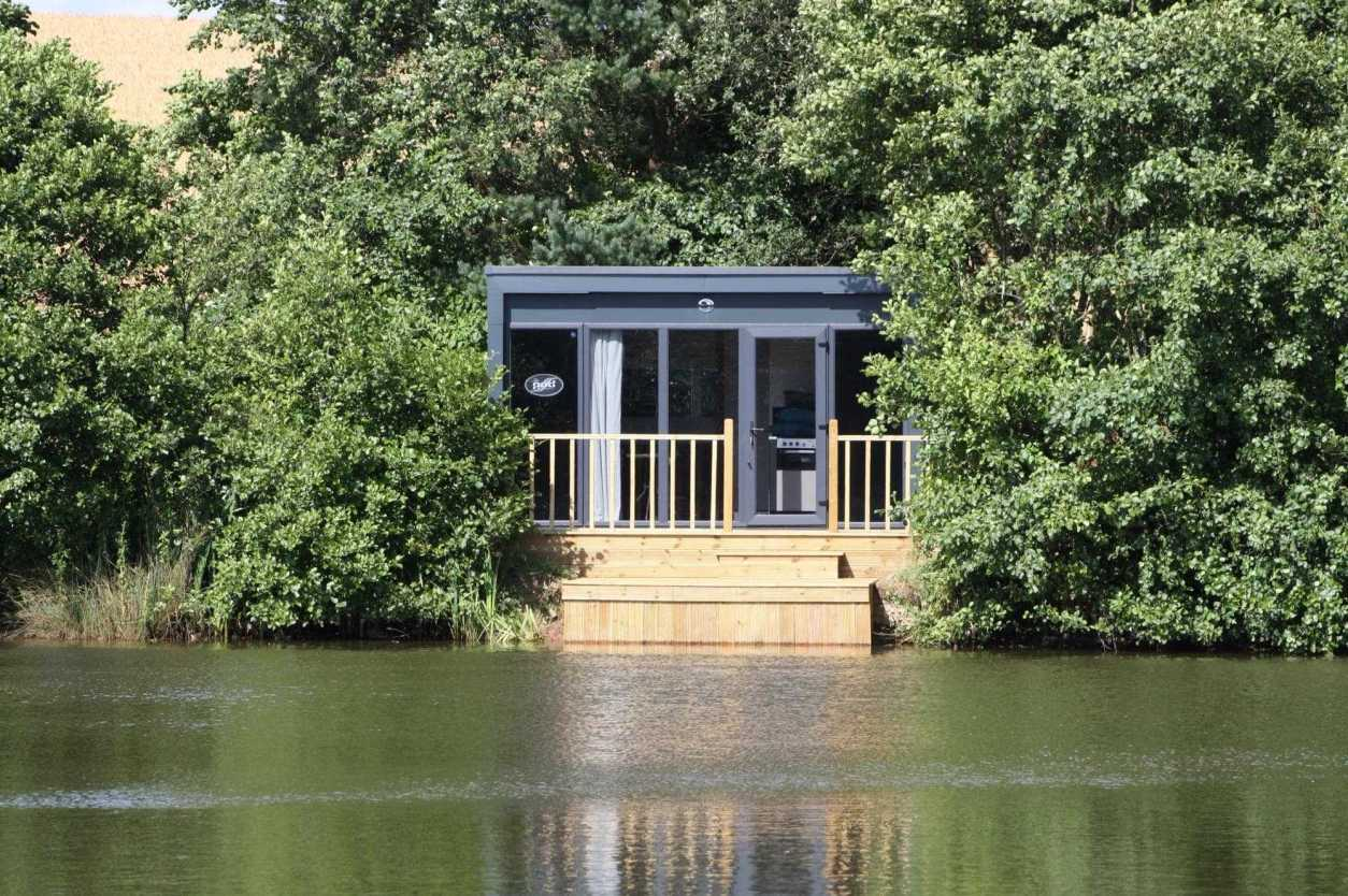 lodge-on-a-lake-cabins-surrounded-by-trees-in-cardiff