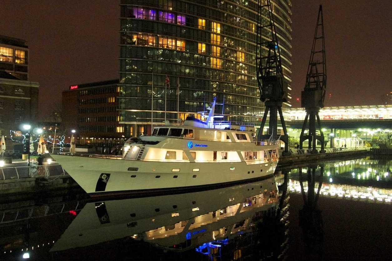 absolute-pleasure-yacht-on-the-river-thames