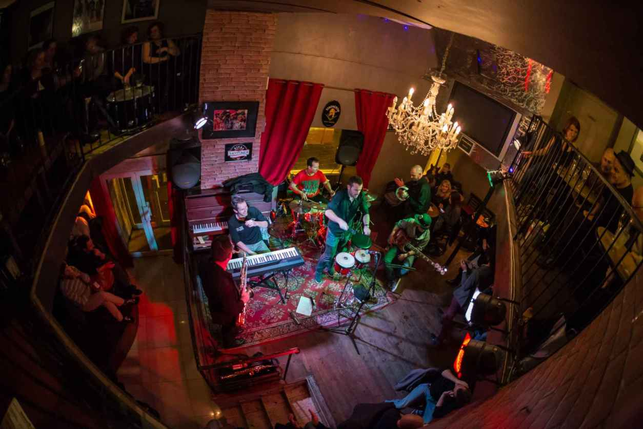 band-playing-music-in-dark-jazz-bar-le-shapko
