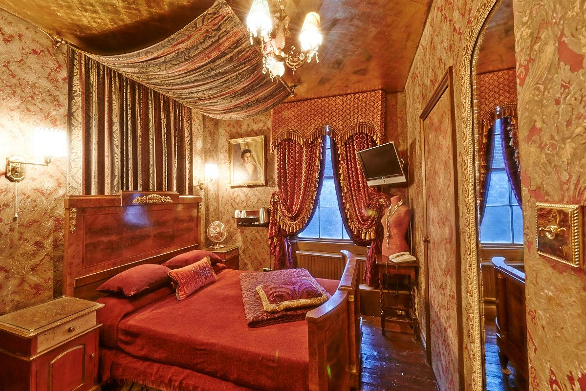 colourful-red-and-gold-pavilion-hotel-room