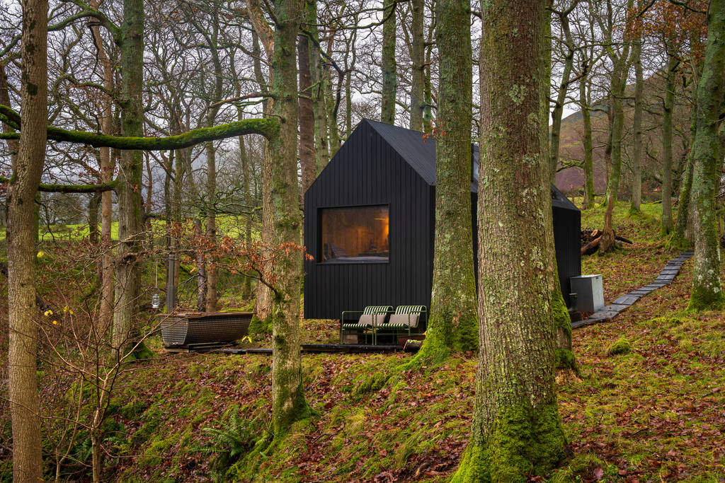 isolated-black-cabin-with-hot-tub-in-woods-forest-hinterlandes-cabin-lorton
