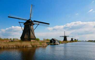 windmills-in-kinderdijk-by-water-nature-in-the-netherlands-beautiful-places-in-the-netherlands
