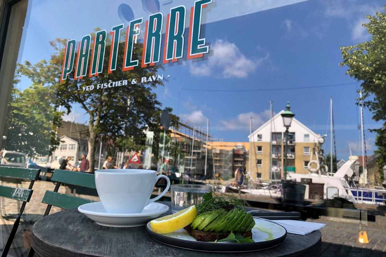 breakfast-and-coffee-on-table-outside-Parterre-ved-fischer-and-ravn