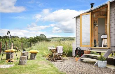 campfire-table-and-chairs-outside-eyebright-shepherds-hut-at-westfield-house-farm