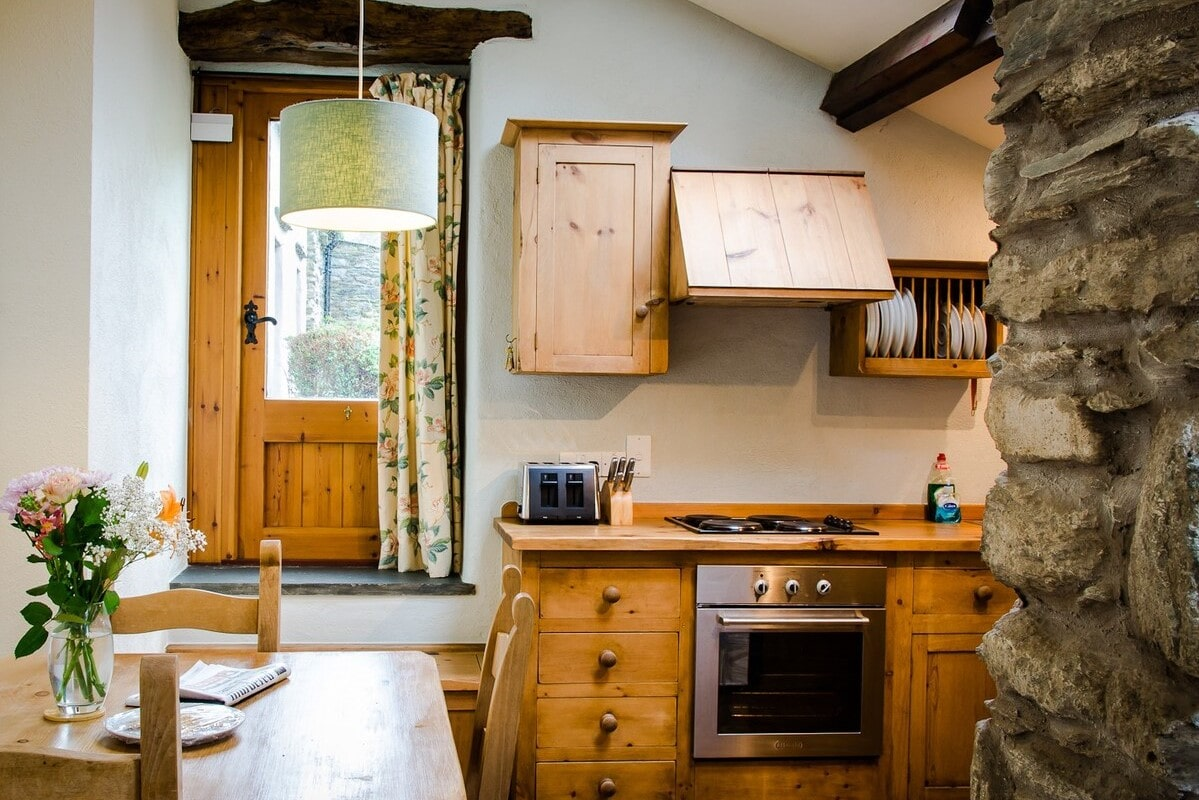 country-kitchen-and-dining-table-in-grove-corner-cottage-on-grove-farm