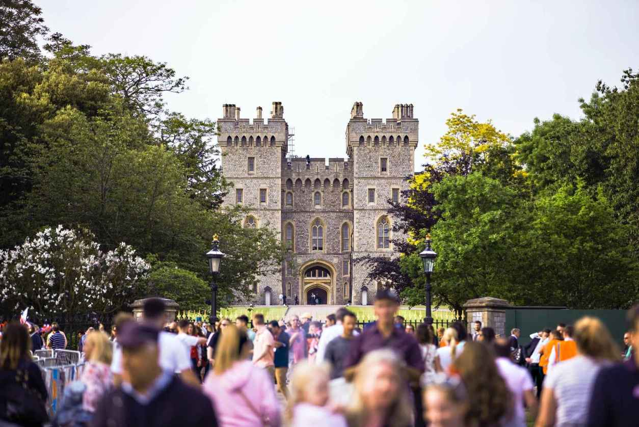 crowds-of-people-walking-to-entrance-of-windsor-castle-day-trips-from-reading