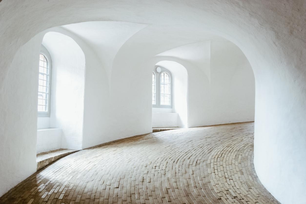 floor-by-white-walls-twisting-around-round-tower-rundetaarn