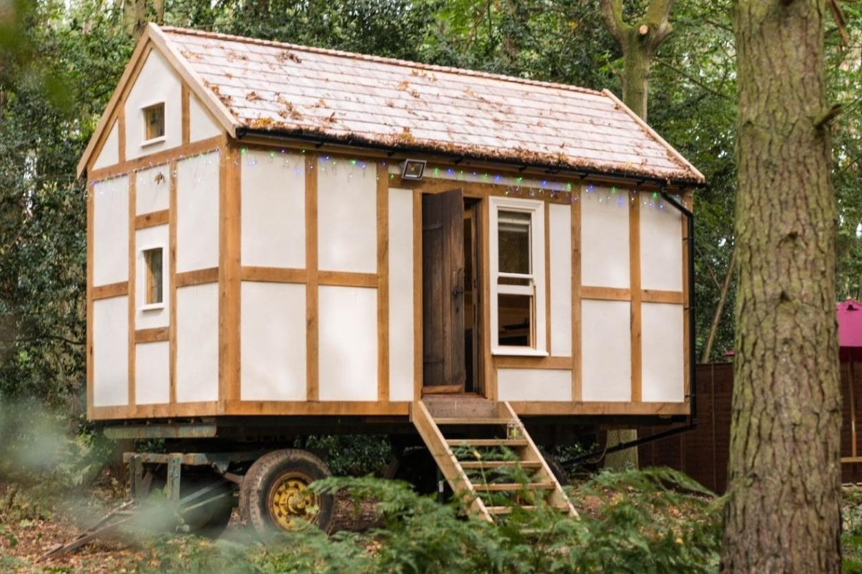 jacobs-folly-shepherds-hut-in-forest-in-daytime-at-rosslyn-glamping