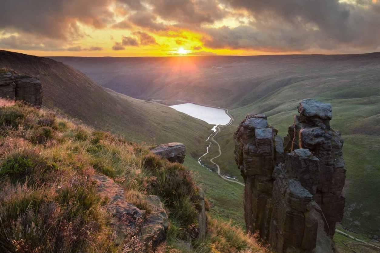 large-rocks-the-trinnacle-protruding-from-hill-overlooking-dovestone-reservoir-at-sunset-saddleworth-moor-best-peak-district-walks