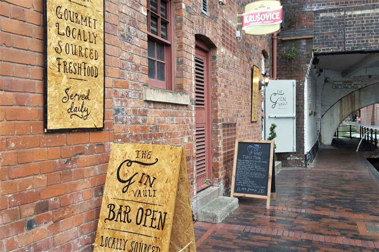 pavement-by-canal-with-the-gin-vault-bar-inside-the-wall