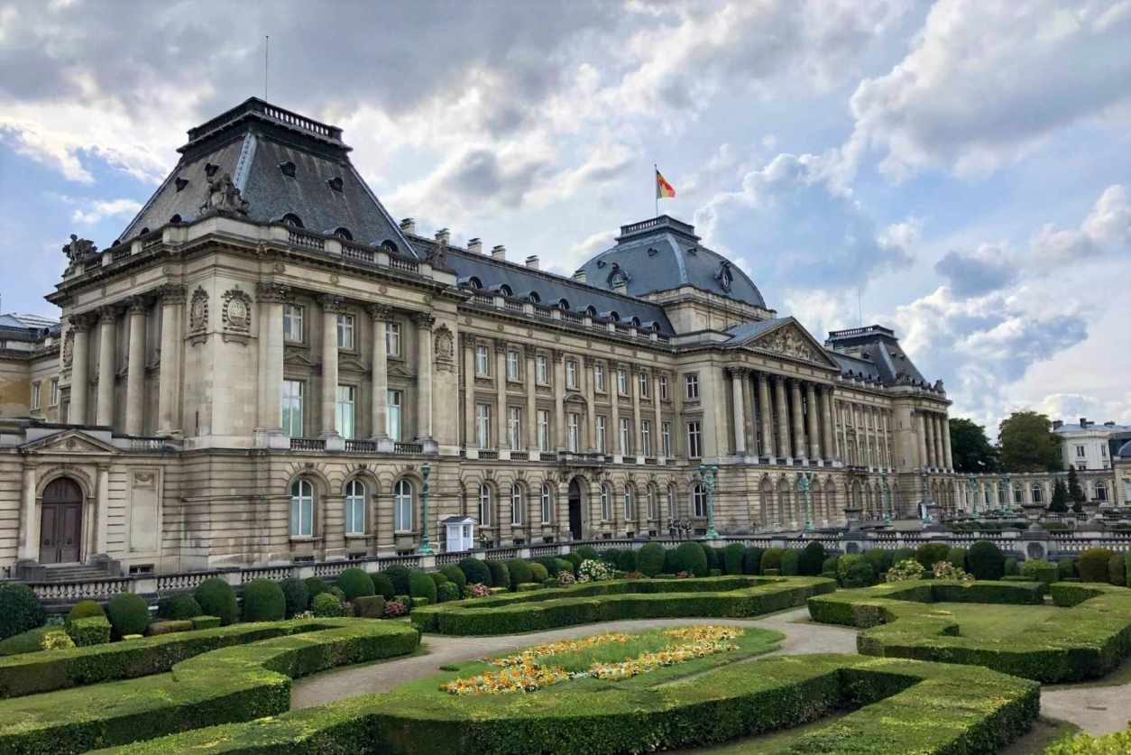 royal-palace-and-gardens-in-brussels-on-cloudy-day