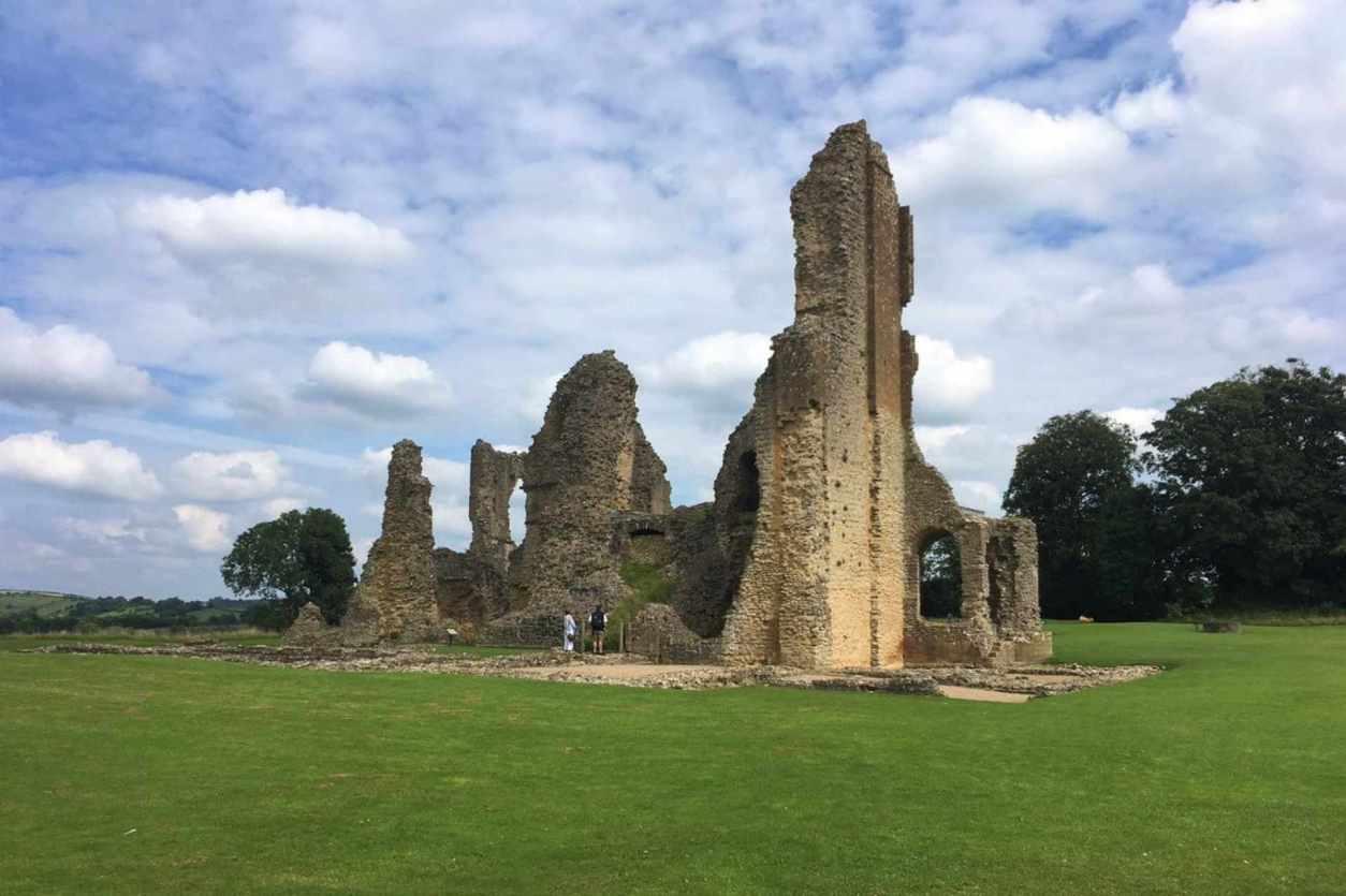 sherborne-old-castle-ruins-in-green-field