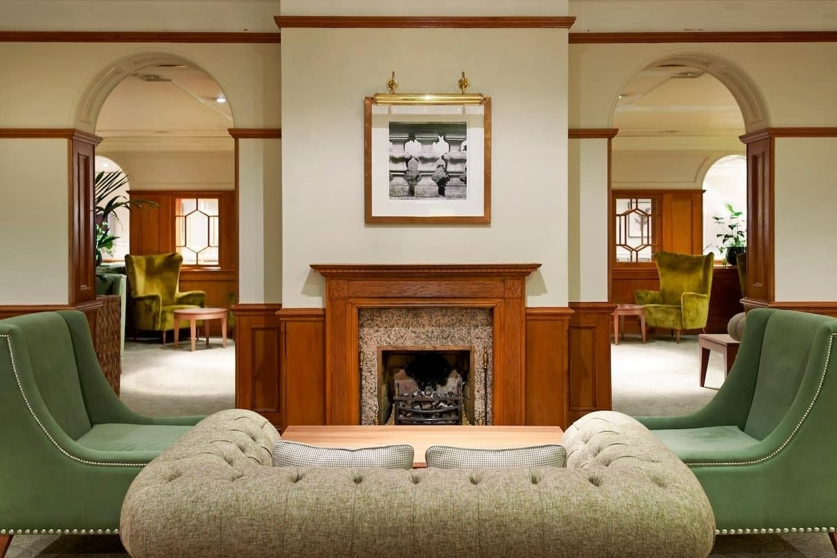 souhn-bracken-place-lounge-at-the-doubletree-by-hilton
