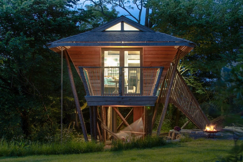 the-front-of-orchard-rooms-treehouse-in-evening-glamping-somerset