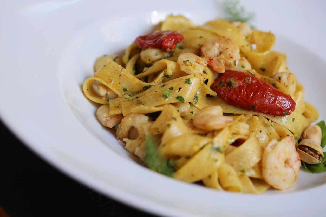 white-bowl-of-pasta-at-spaghetteria-toni-restaurant