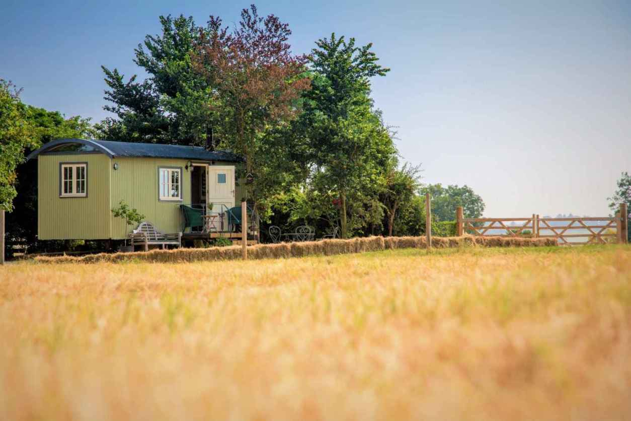 abbertons-shepherds-hut-in-corner-of-field-by-trees-glamping-worcestershire