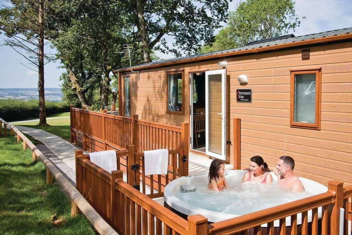 family-in-hot-tub-by-woodbury-woods-cabin
