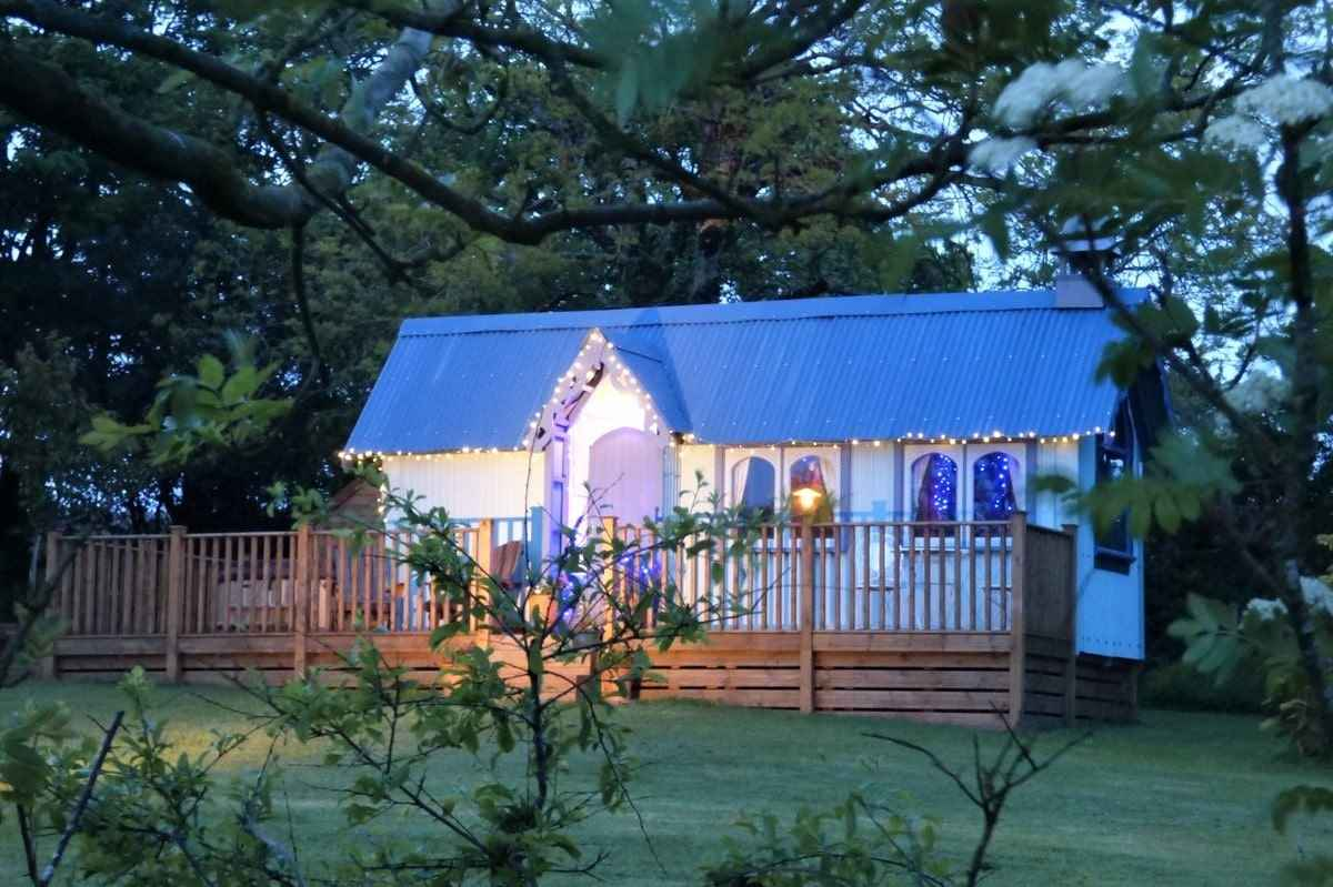 frieda-and-the-moon-tabernacle-lit-up-by-fairy-lights-in-evening
