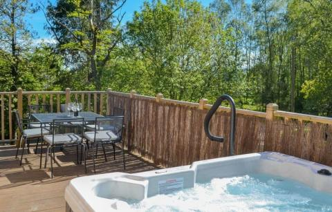hot-tub-and-outdoor-furniture-on-decking-of-maple-lodge-lodges-with-hot-tubs-northumberland