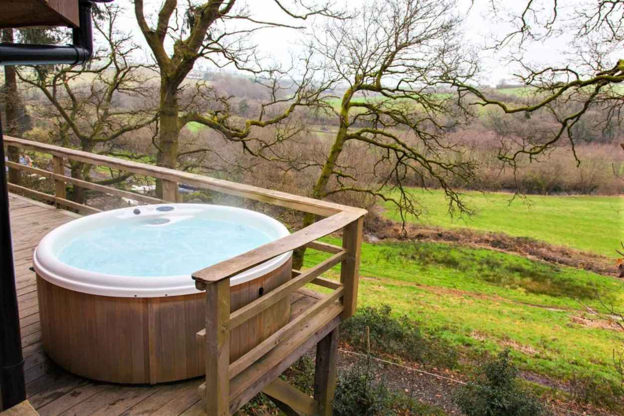 hot-tub-on-decking-of-george-cabin-at-wampford-woodland-retreat-cabins