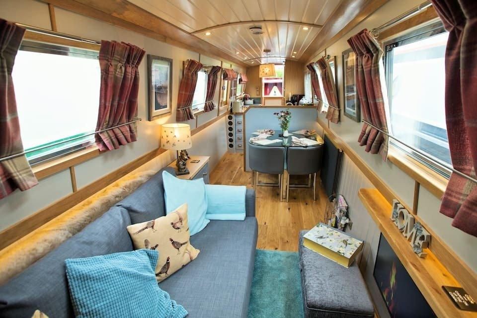 living-room-inside-arthur-owl-houseboat