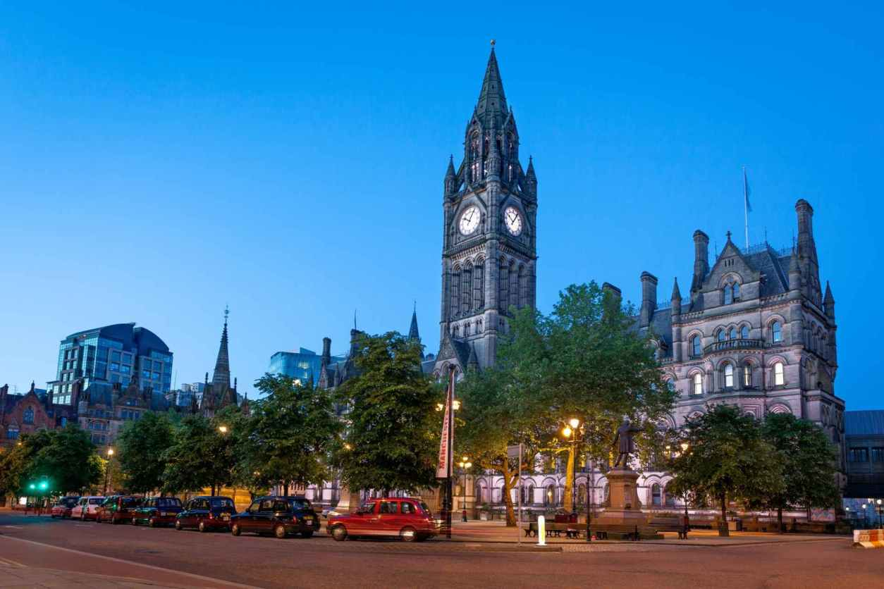 manchester-town-hall-lit-up-in-evening-free-things-to-do-in-manchester