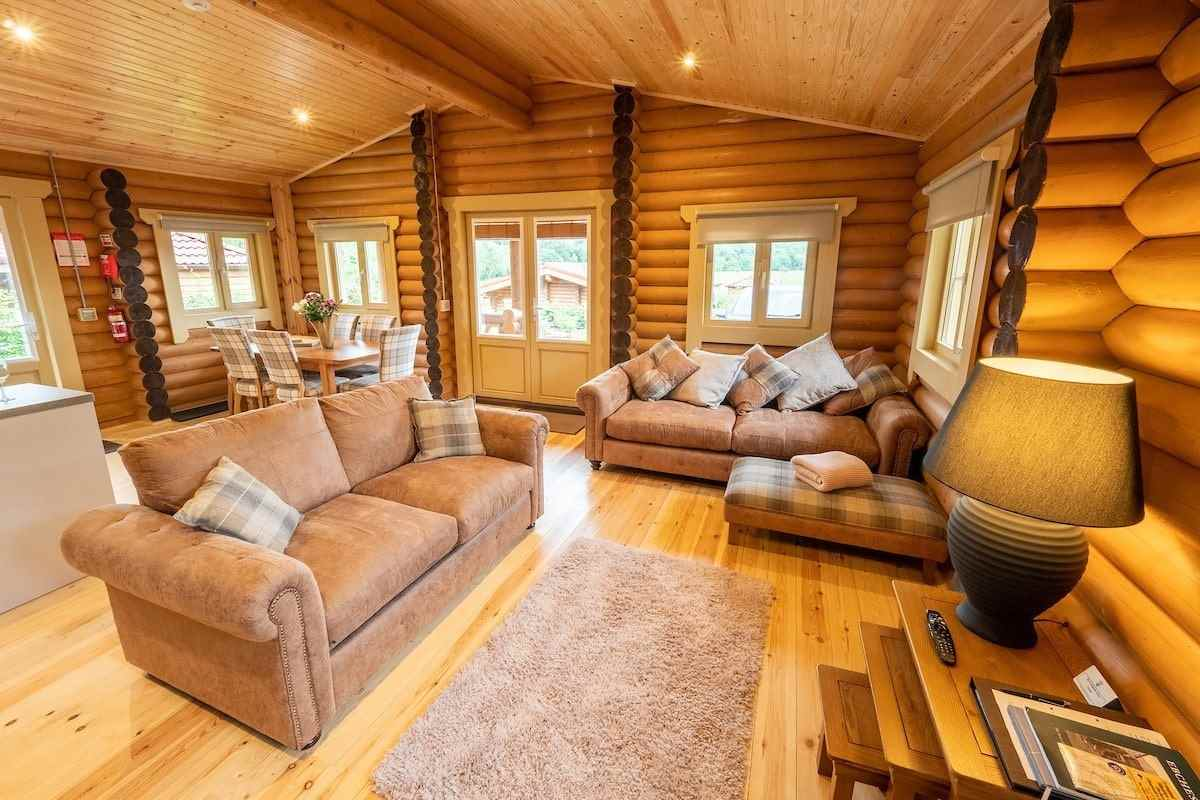 open-plan-and-living-area-of-vindomora-country-lodges