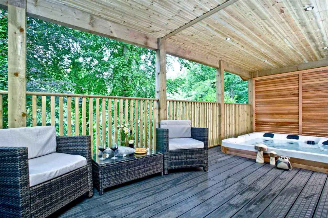 outdoor-furniture-and-hot-tub-in-decking-of-south-view-lodges-lodges-with-hot-tubs-devon