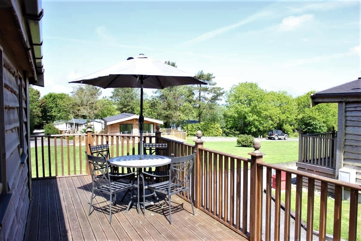 outdoor-furniture-on-decking-of-maple-tree-lodge