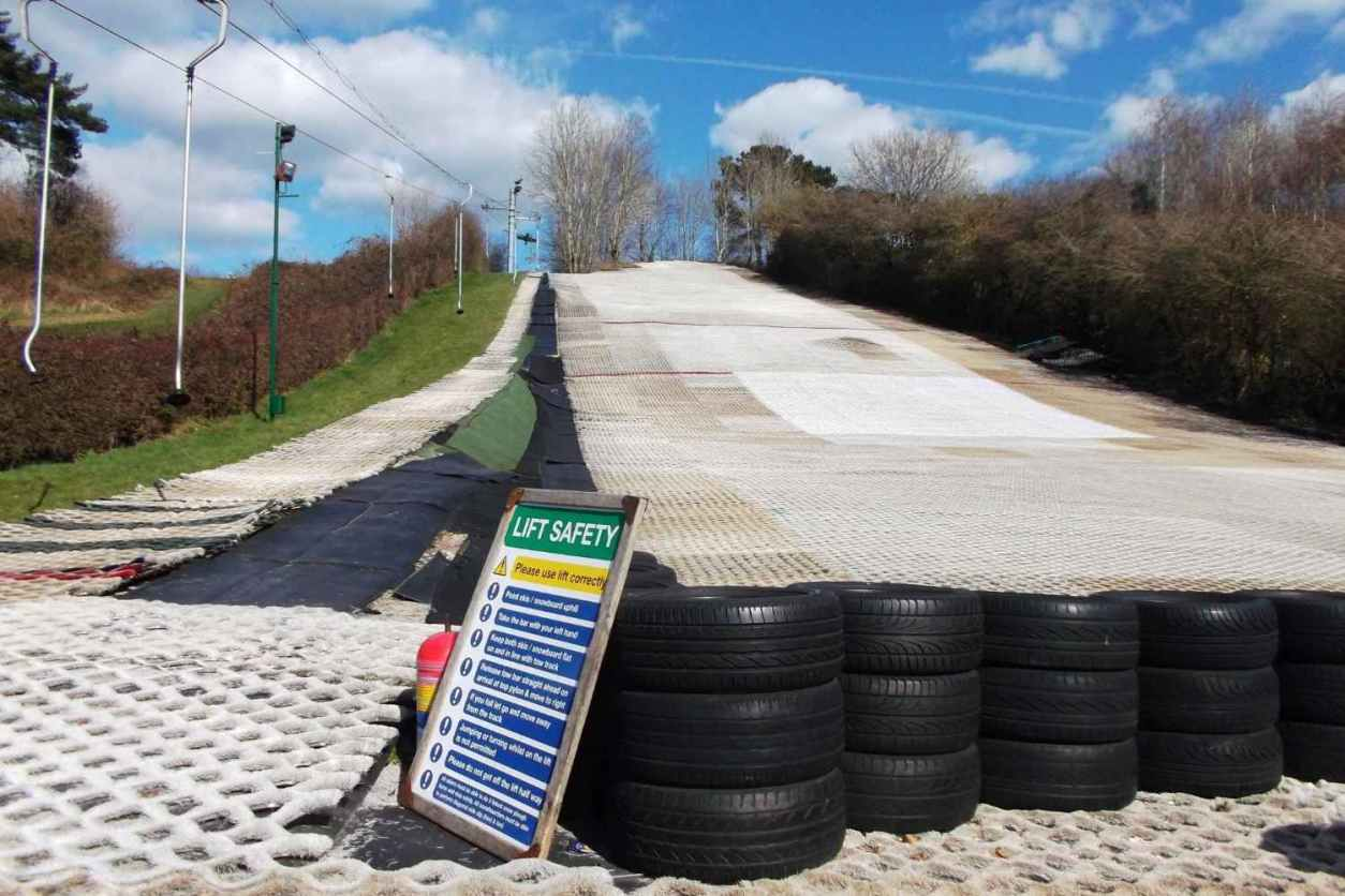 outdoor-ski-slope-at-cardiff-ski-and-snowboard-centre