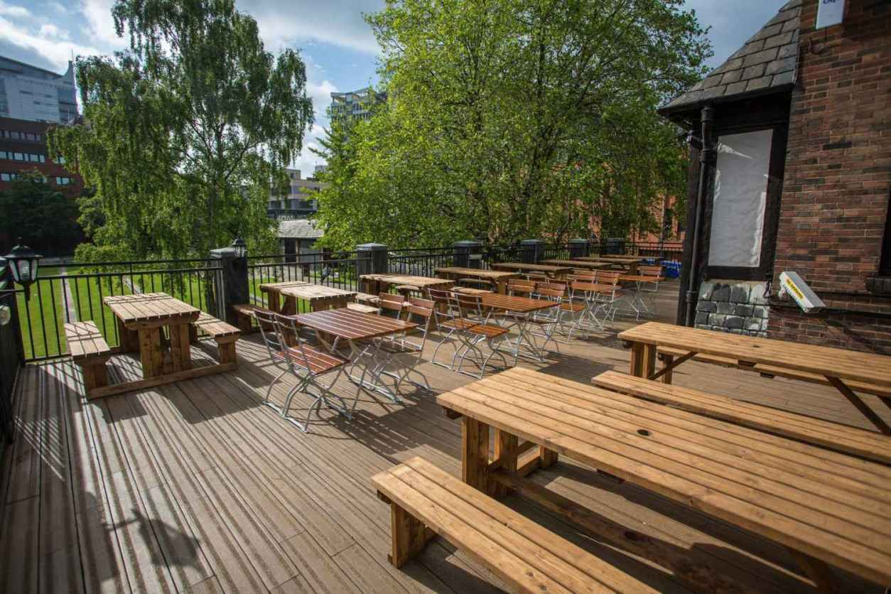 outdoor-wooden-picnic-tables-on-parkside-tavern-terrace