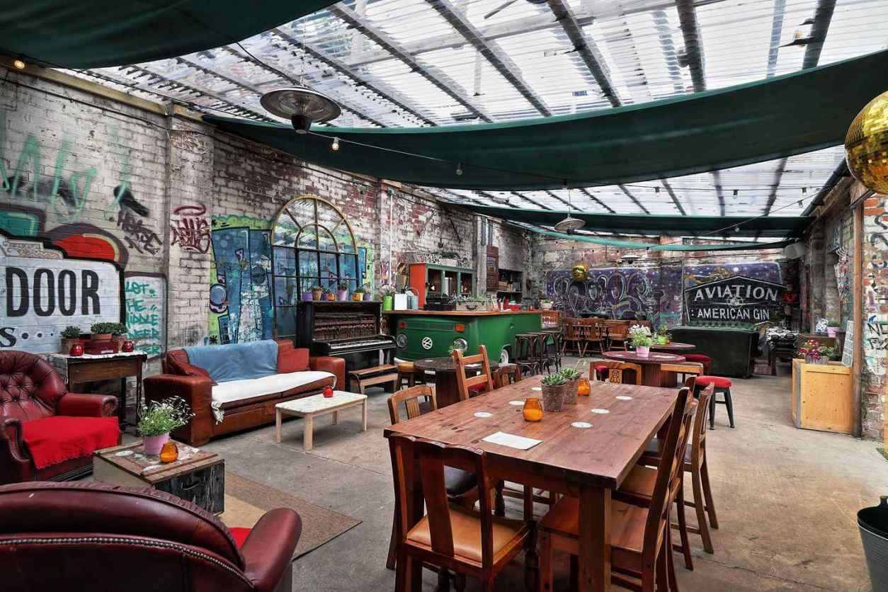 quirky-outdoor-dining-and-drinking-space-at-botanical-garden