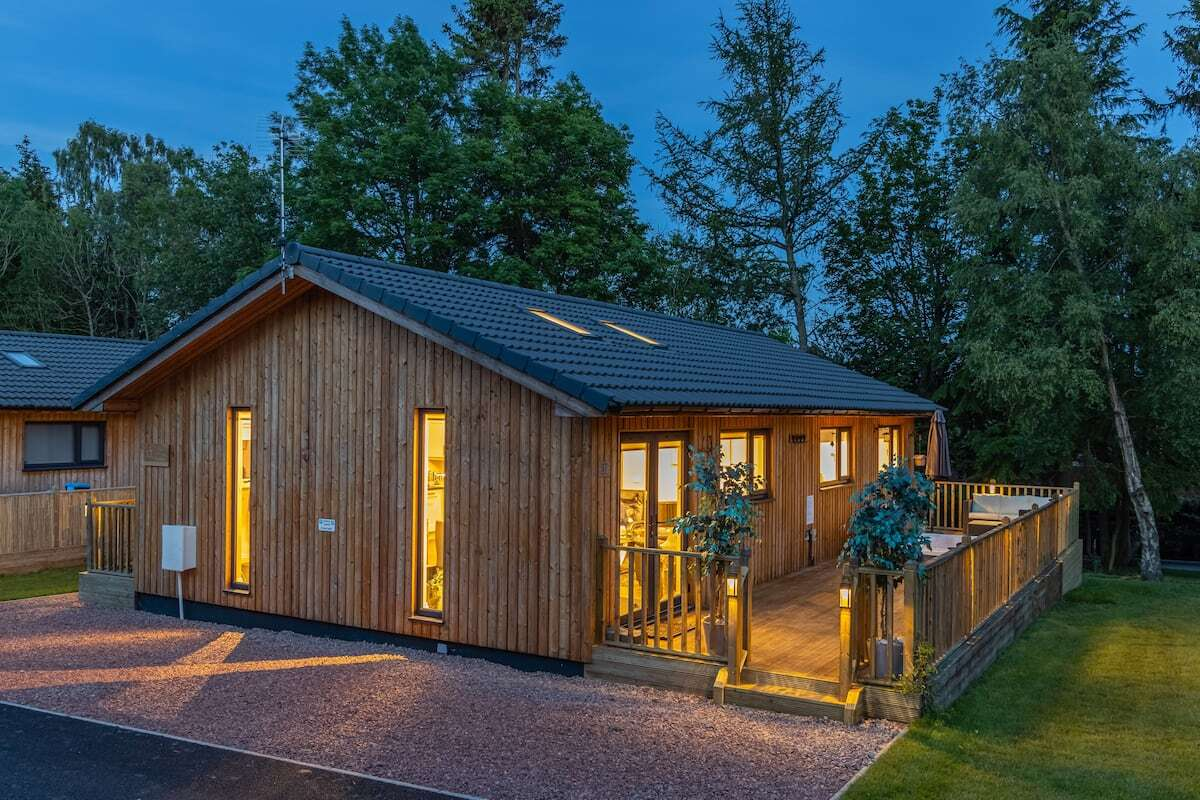 settlers-lodge-with-decking-lit-up-at-night