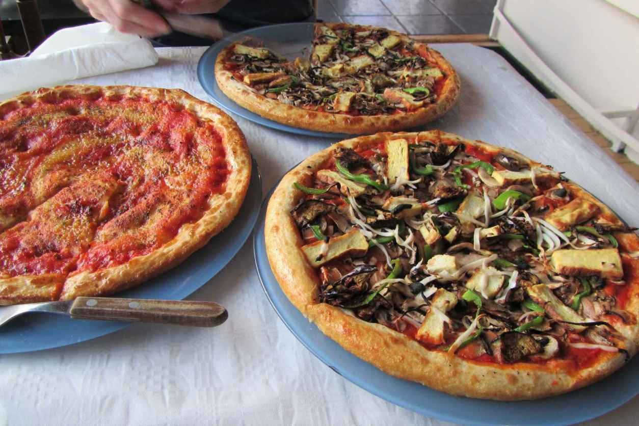 three-vegan-pizzas-at-grove-cafe