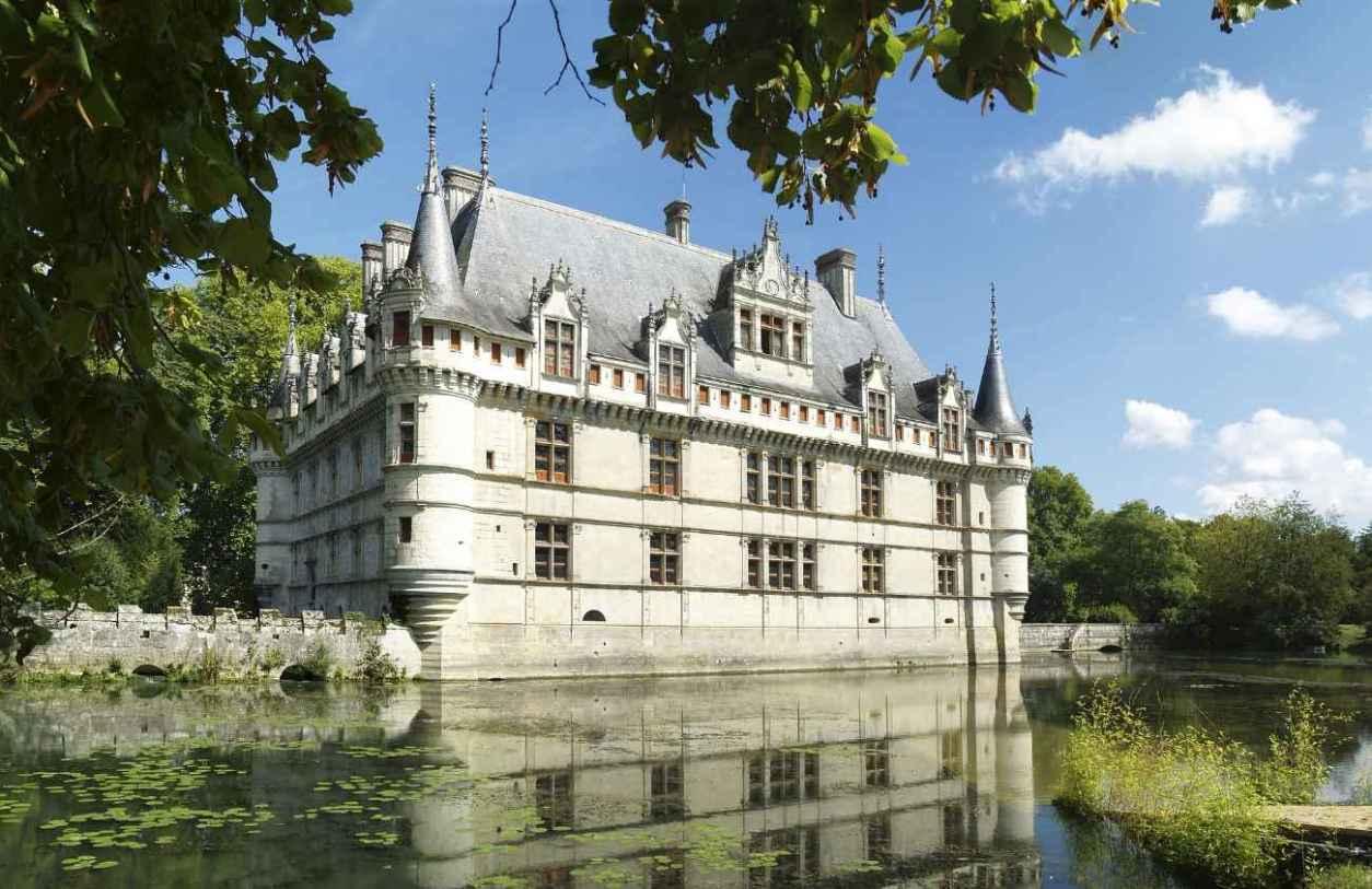 château-d'azay-le-rideau-on-water-on-sunny-day