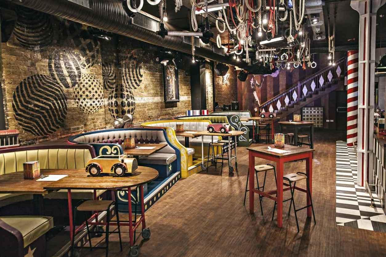 circus-themed-interior-of-trapeze-bar-bottomless-brunch-shoreditch