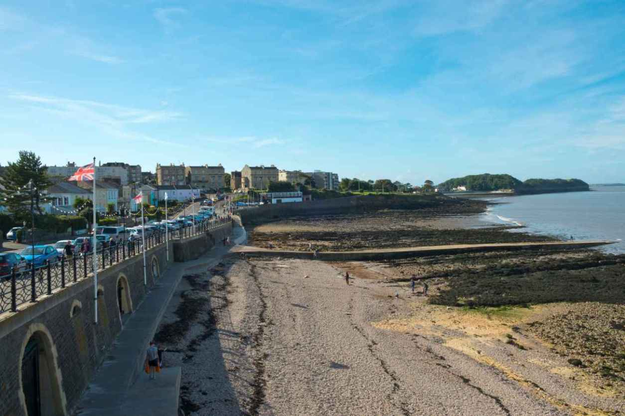 clevedon-seafront-and-sandy-beach-on-sunny-day