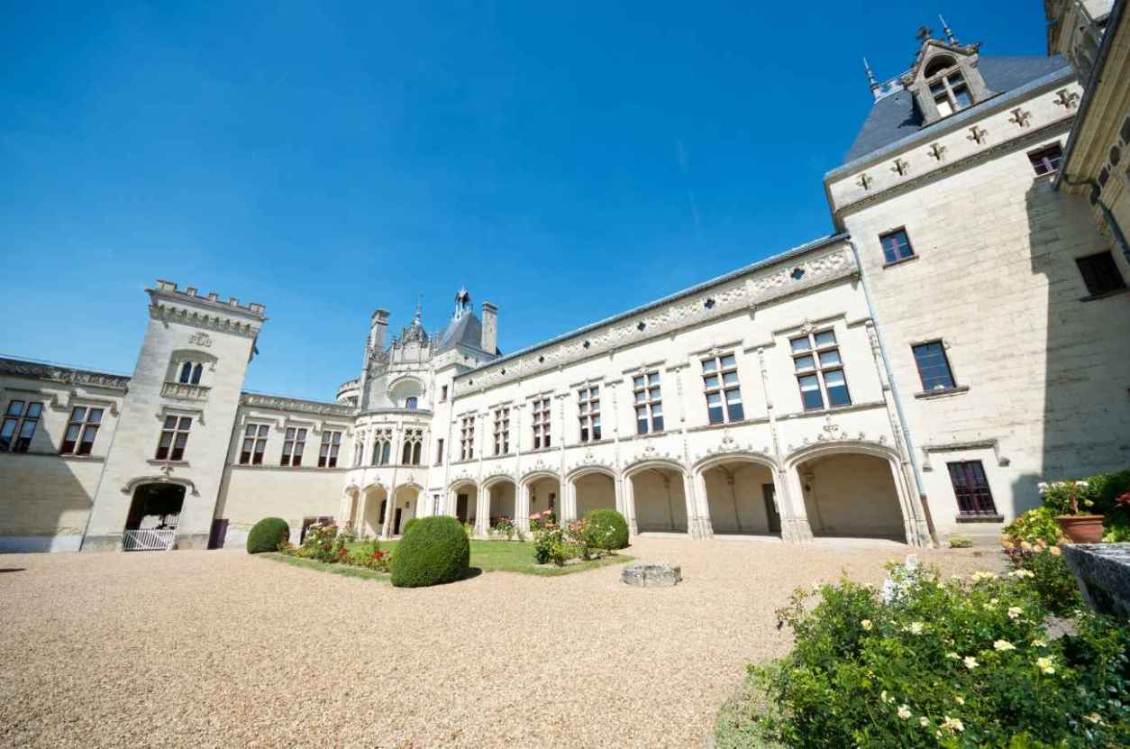 courtyard-of-château-de-brézé-on-sunny-day