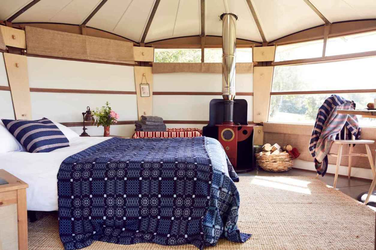 hide-at-st-donats-caban-with-bed-stove-and-table