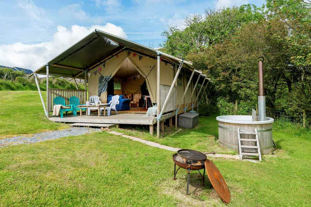 kidwelly-farm-safari-tent-with-decking-and-hot-tub-in-field-glamping-south-wales