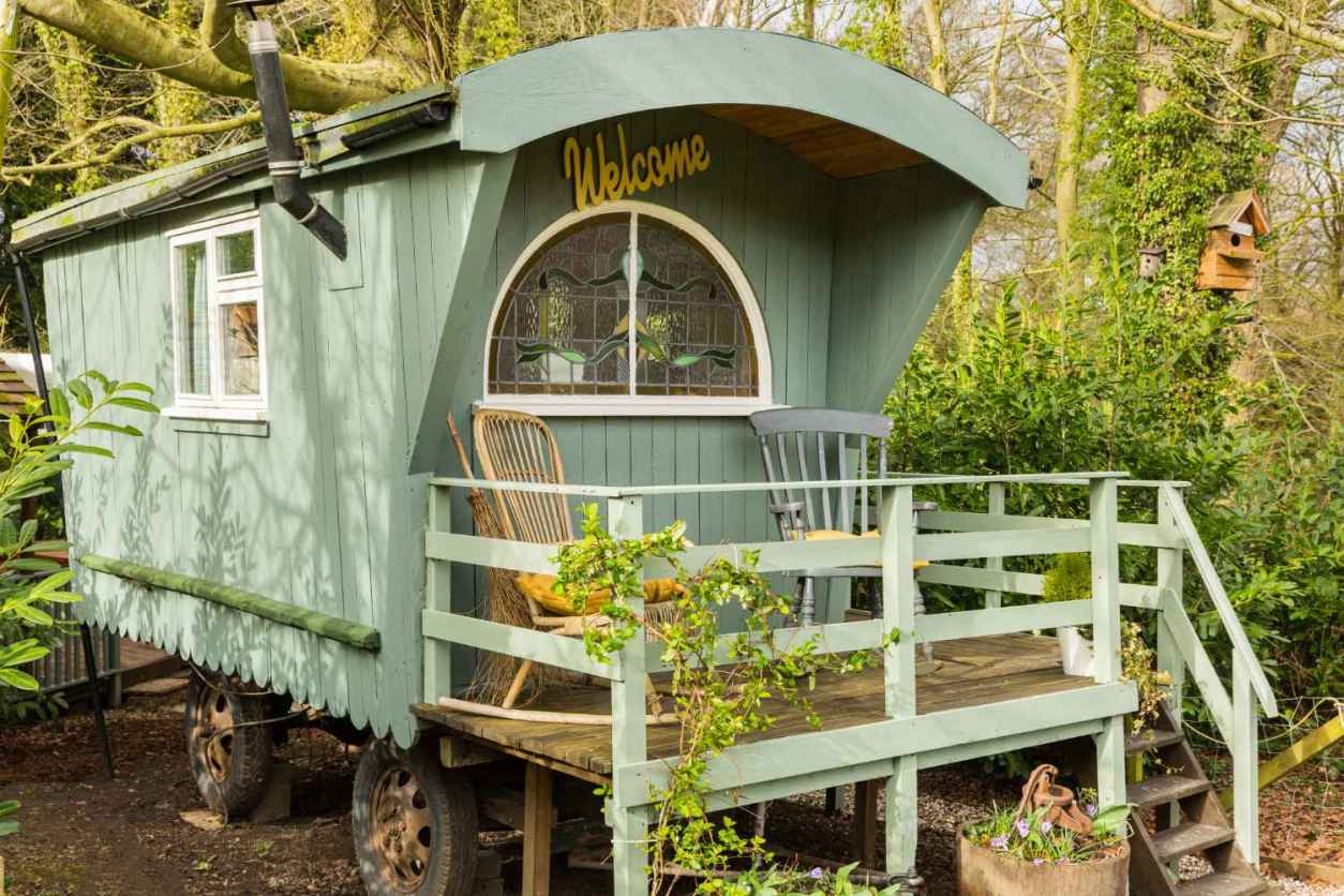 mint-cosy-shepherds-hut-with-decking