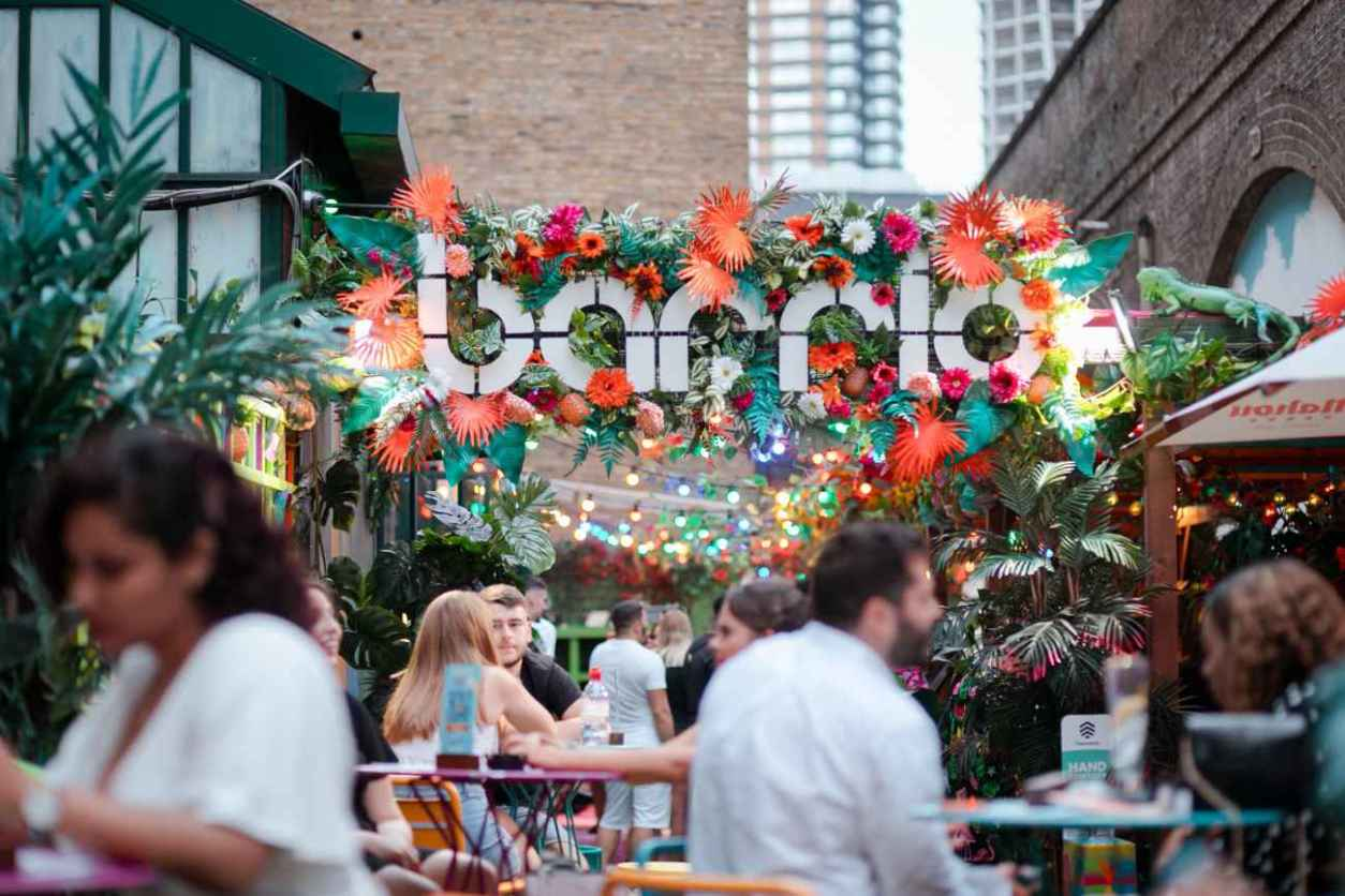 people-eating-and-drinking-outdoors-at-barrio-bottomless-brunch-shoreditch