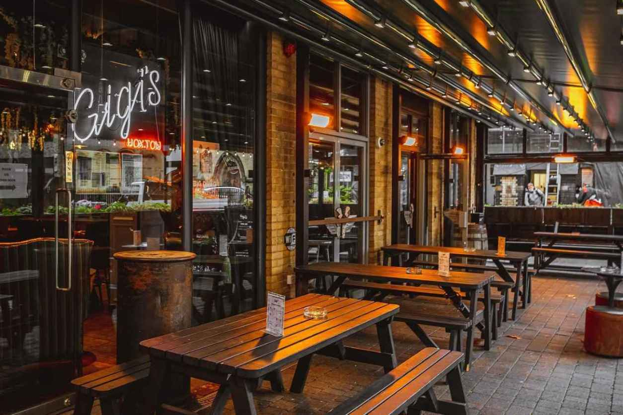 picnic-tables-outside-of-gigis-hoxton-bar-bottomless-brunch-shoreditch