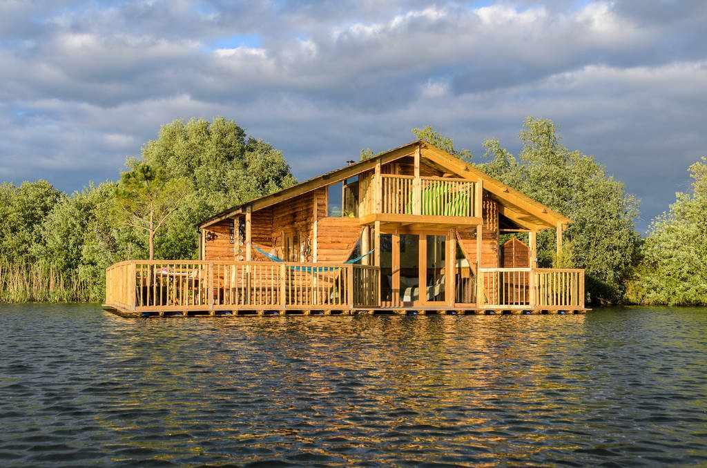 the-raft-cabin-on-lake-at-chigborough-farm