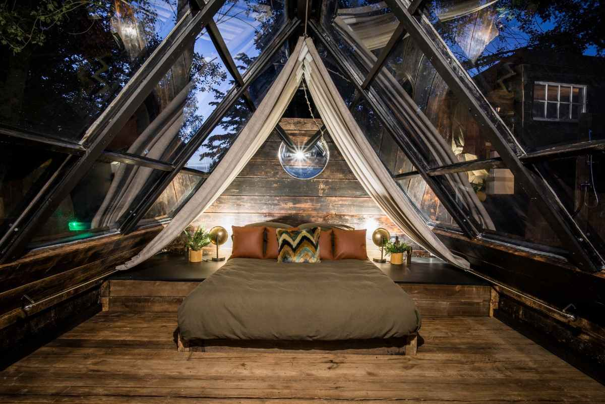 the-trap-cabin-at-colemans-farm-at-night-glamping-essex